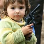 kleuter-met-geweer