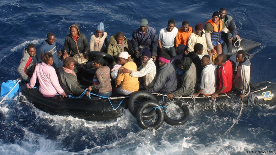 Vluchtelingenboot in de golven voor de kust van Lampedusa